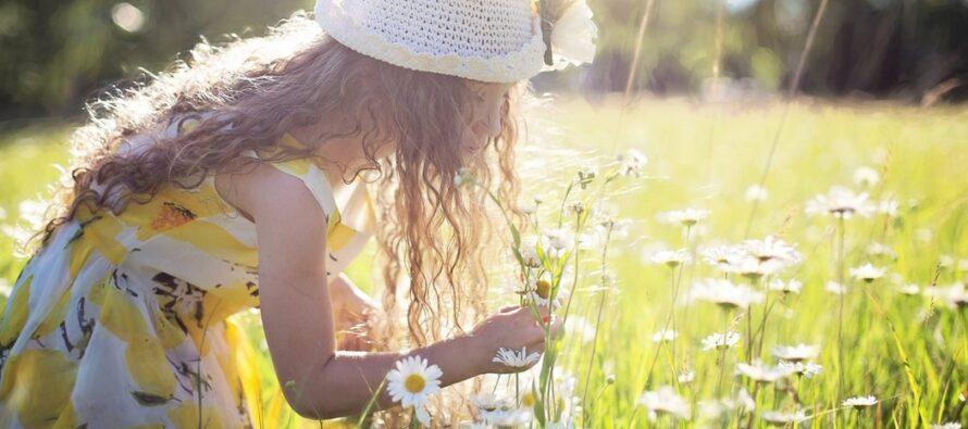 BARN är våra bästa lärare eftersom de ser världen tydligare än vi vuxna. Vad kan man göra för att vara lika lycklig som ett barn?