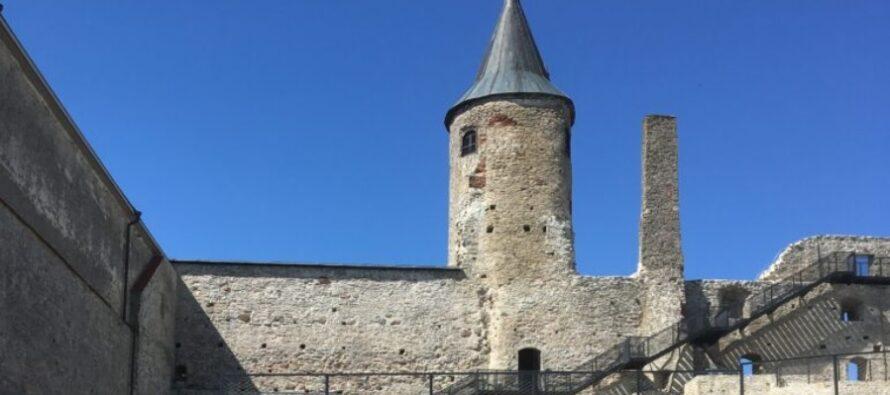 Att resa i Estland: Hapsal biskopsslott, katedral och en vallgrav fylld med lekprogram inspirerat av medeltiden + FOTON!