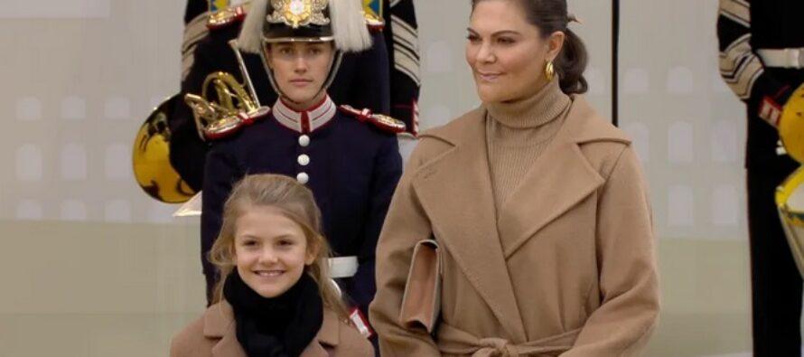 Sverige: Kunglig invigning av Slussbron – Kungen, Kronprinsessan och Prinsessan Estelle, tillsammans med barn från Hammarby IF och Bollstanäs SK var de första att gå över den nya Slussbron